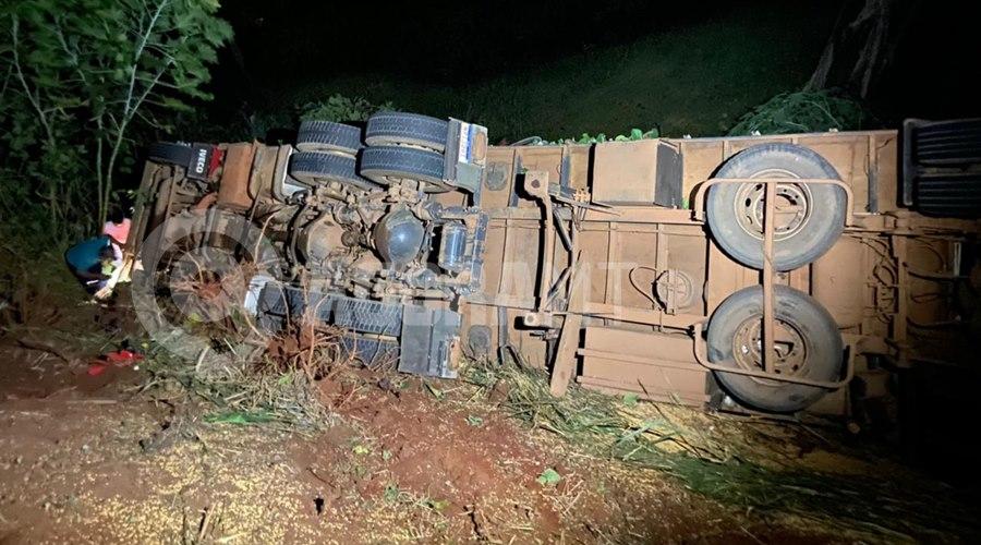 Imagem: Carreta perdeu o freio e caiu na ribanceira Caminhão tomba carregado de carne e cerca de três mil pessoas saqueiam carga
