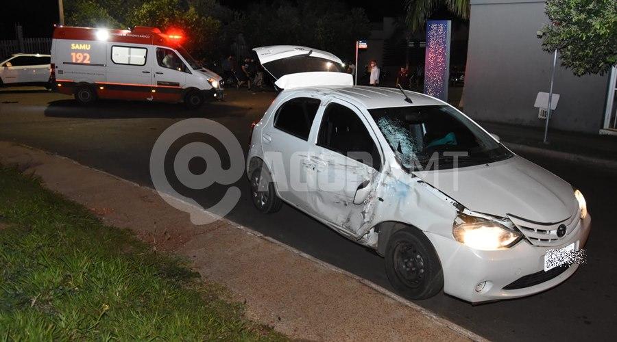 Imagem: Carro envolvido em acidente Entregador tem fratura exposta em braço e perna após acidente
