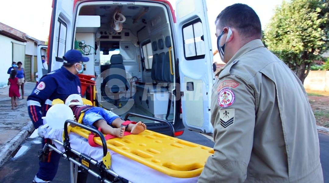 Imagem: Crianca sendo conduzida para o samu Porta se abre e criança de 2 anos cai de carro em movimento