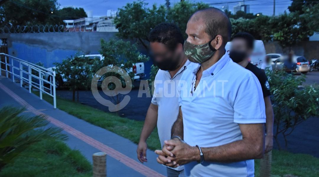 Imagem: DHPP chegando suspeito de duplo homicidio Autor de duplo homicídio é preso pela Polícia Civil de Rondonópolis