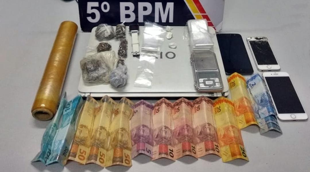 Imagem: Droga celulares dinheiro e notebook apreendido com os suspeitos Polícia prende trio suspeito de associação para o tráfico de drogas