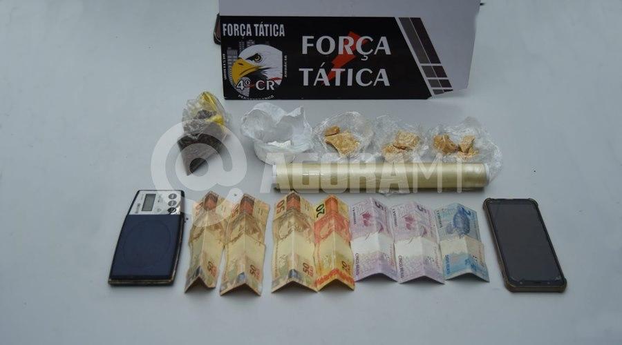 Imagem: Droga dinheiro e clulare apreendido pela Forca Tatica Força Tática prende 'figurinha do tráfico' e apreende moto