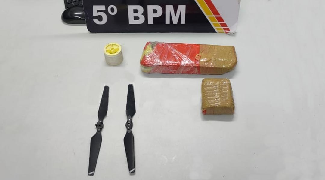 Imagem: Droga linha e helice de drone apreendidos pela Policia Militar de Roo Polícia encontra mochila abandonada com drogas dentro