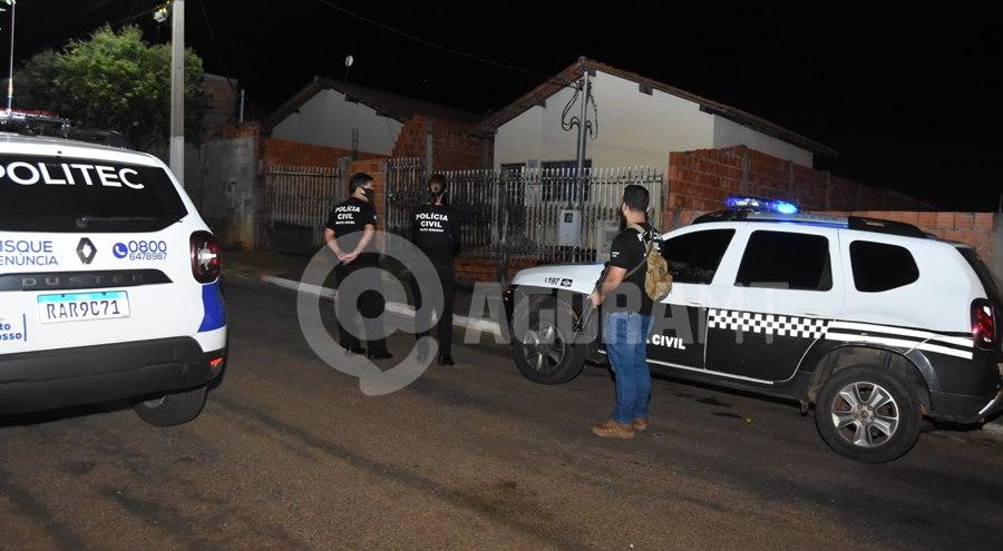 Imagem: Equipe da Policia civil em frente a residencia Corpo de mulher é encontrado em decomposição no Residencial Magnólia