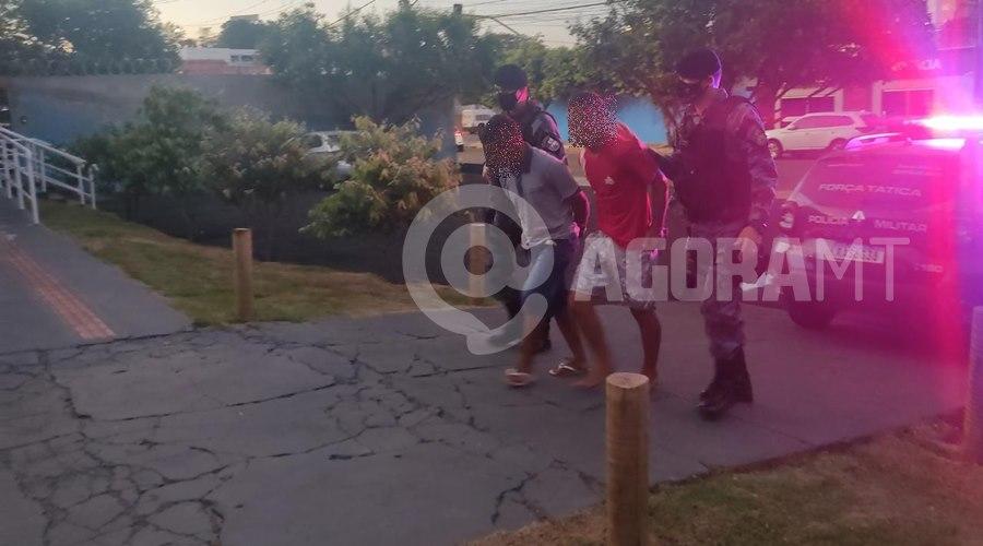 Imagem: Menores apreenddos apos realizarem roubo Polícia Militar apreende dupla após realizar roubo e recupera dinheiro e objetos