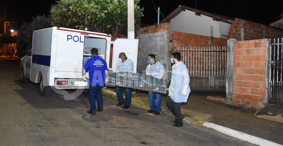 Imagem: Momento em que o corpo e retirado da residencia Corpo de mulher é encontrado em decomposição no Residencial Magnólia