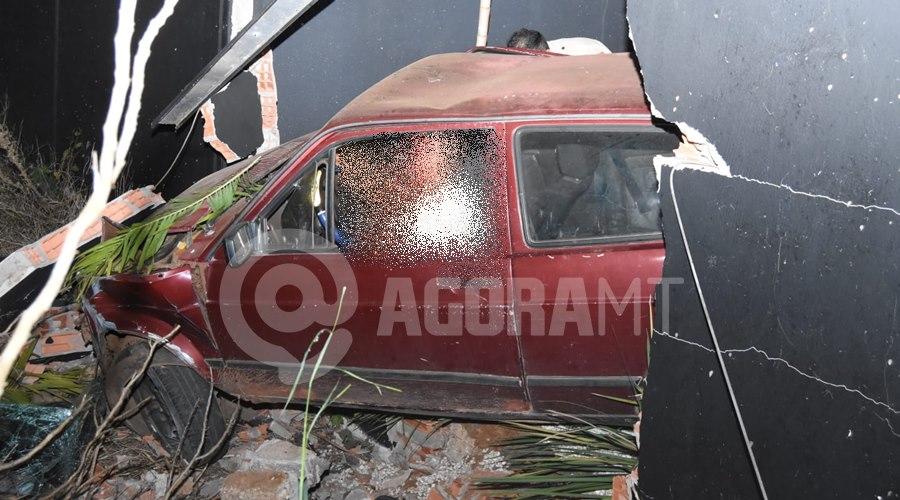 Imagem: Momento em que o motorista bateu no muro Motorista em alta velocidade, perde o controle e fica preso ás ferragens com graves ferimentos
