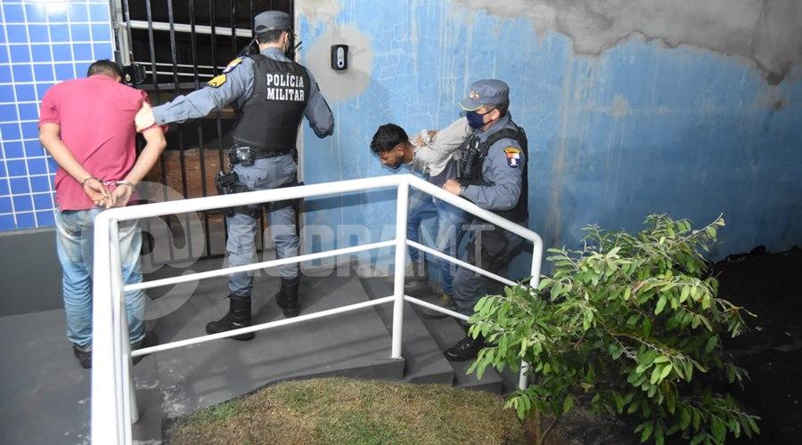 Imagem: Momento em que os individuos chegaram na delegacia Dupla tenta furtar carga de carreta em movimento e é presa pela PM