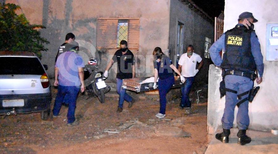 Imagem: Momento que o corpo da mulher era retirado da casa Mulher é assassinada com diversos golpes de faca em Rondonópolis