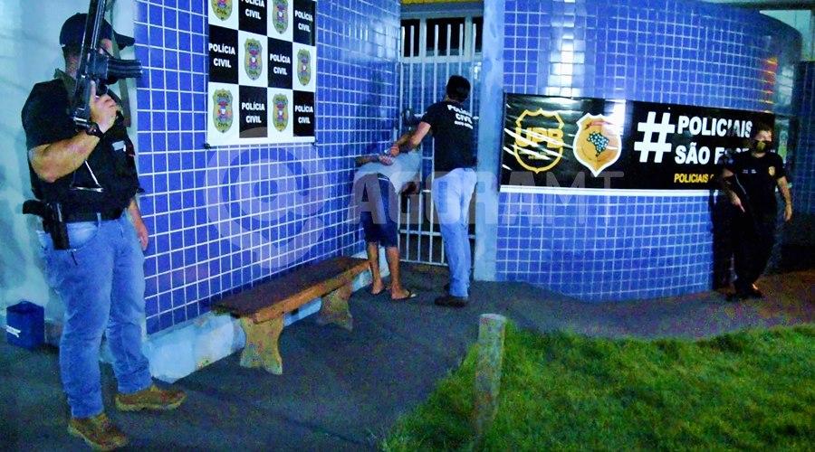Imagem: Momento que o suspeito era encaminhado para a 1o DP DHPP age rápido e prende suspeito de feminicídio em menos de três dias após o crime