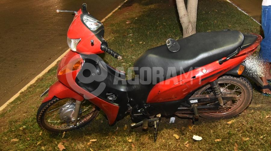 Imagem: Moto da vitima apos o acidente na Avenida Brasil Condutor de Jeep atropela motociclista que voltava do trabalho e foge do local