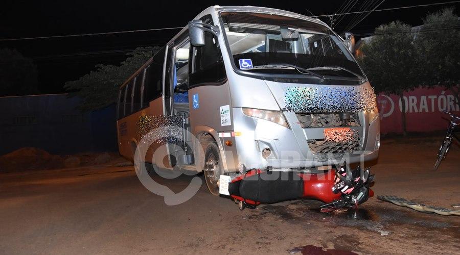 Imagem: Moto foi parar embaixo da Van Copia Mulher invade a preferencial e fica ferida após bater moto em Van