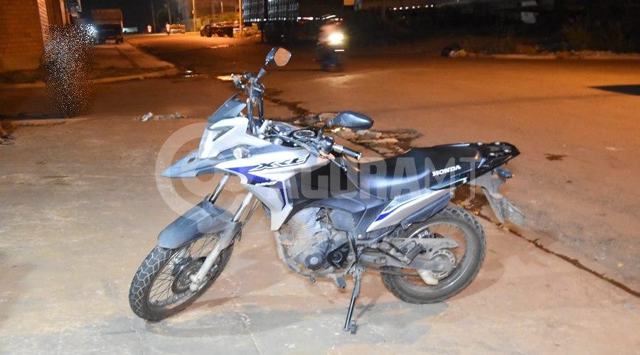 Imagem: Motocicleta envolvida no acidente 1 Motociclista tenta fazer ultrapassagem, causa acidente e fica ferido