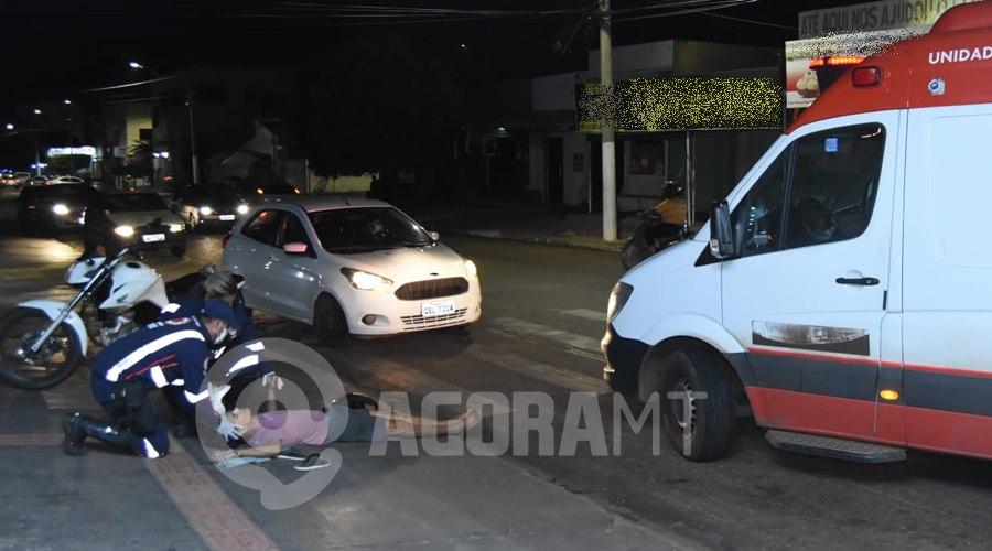 Imagem: Motociclista recebendo atendimento do Samu Condutor de Saveiro causa acidente, foge do local e motociclista fica gravemente ferido