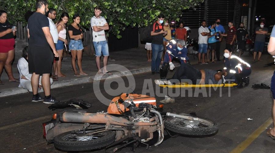 Imagem: Motociclista recebendo os primeiros atendimentos Entregador tem fratura exposta em braço e perna após acidente