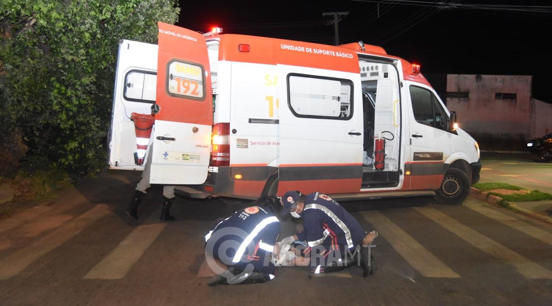 Imagem: Mulher que estava na motocicleta sendo socorrida Mulher se distrai com celular e atropela jovem que tinha acabado de sair da igreja