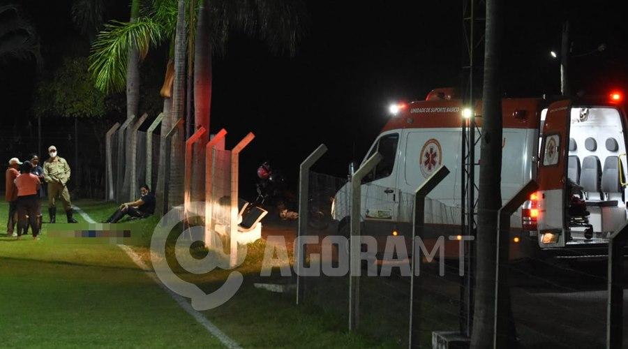 Imagem: O Samu esteve no local mas o jovem ja estava sem vida Garoto de 17 anos morre durante partida de futebol em Rondonópolis