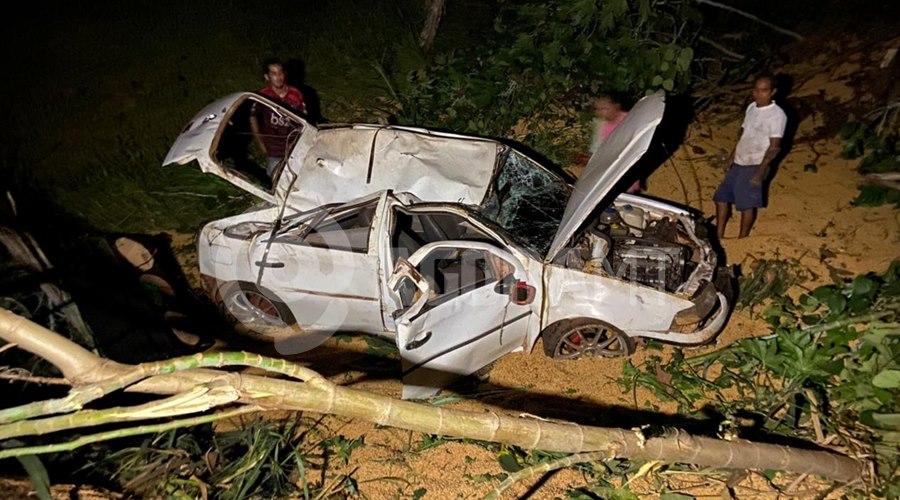 Imagem: O carro ficou totalmente destruido Caminhão tomba carregado de carne e cerca de três mil pessoas saqueiam carga
