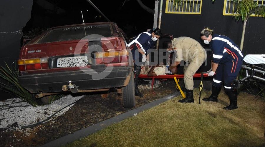 Imagem: O motorista perdeu o controle e bateu em um muro Motorista em alta velocidade, perde o controle e fica preso ás ferragens com graves ferimentos