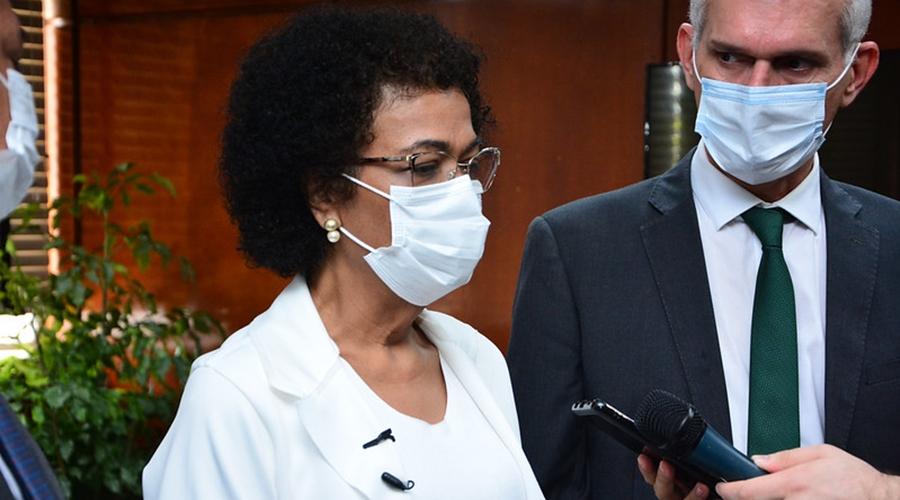 """Imagem: Ozenira Feliz Em sabatina, secretária chora, diz sofrer racismo e recebe """"alfinetada"""""""