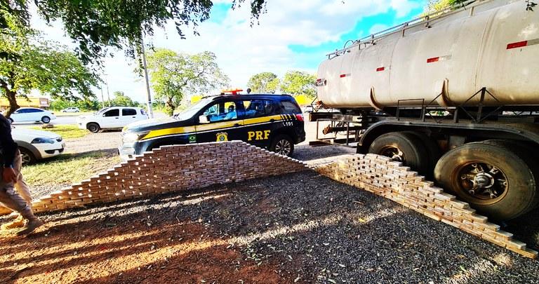 Imagem: PRF apreensao droga Policiais encontram quase meia tonelada de cocaína em caminhão tanque