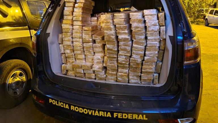 Imagem: PRF apreensao droga.jpeg3 Policiais encontram quase meia tonelada de cocaína em caminhão tanque