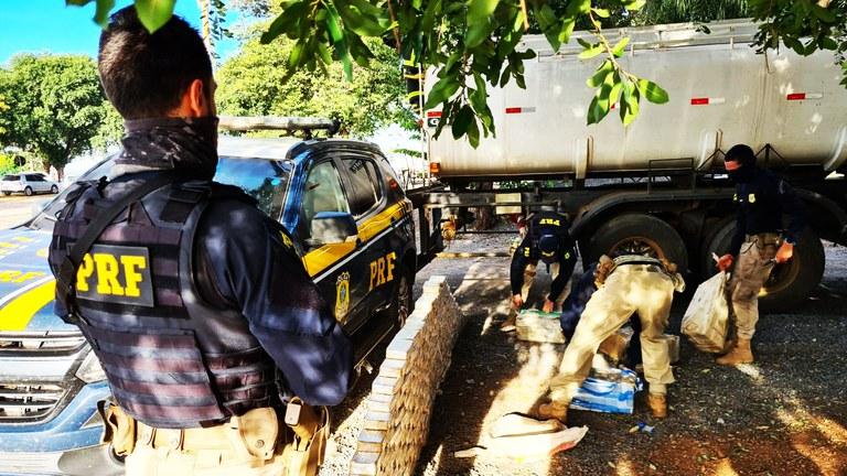 Imagem: PRF apreensao droga.jpeg5 Policiais encontram quase meia tonelada de cocaína em caminhão tanque