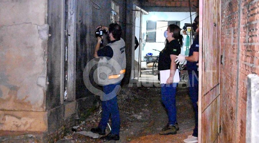 Imagem: Peritos trabalhando na cena do crime Mulher é assassinada com diversos golpes de faca em Rondonópolis