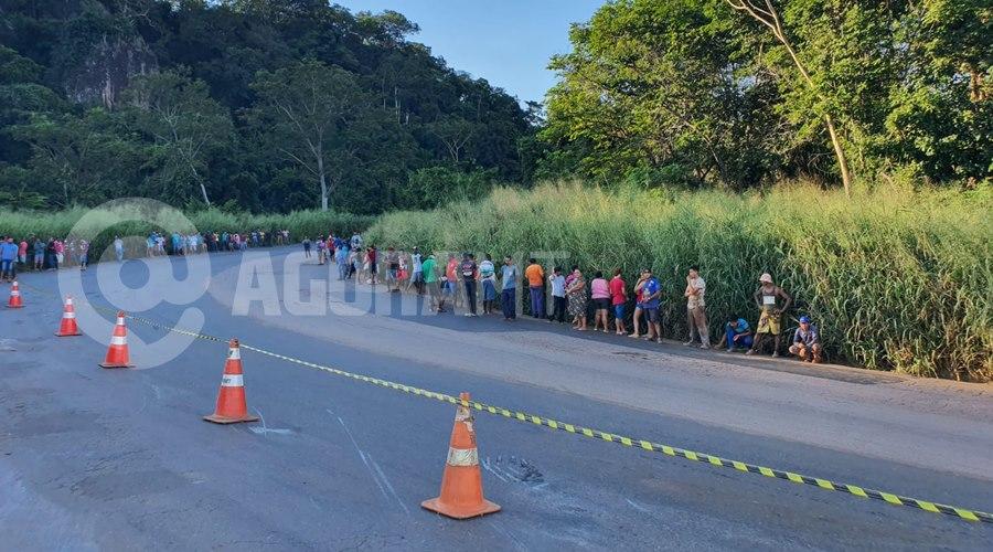 Imagem: Pessoas fazem fila para tentar saquear carne Caminhão tomba carregado de carne e cerca de três mil pessoas saqueiam carga