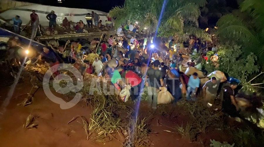 Imagem: Pessoas saqueando a carne Caminhão tomba carregado de carne e cerca de três mil pessoas saqueiam carga