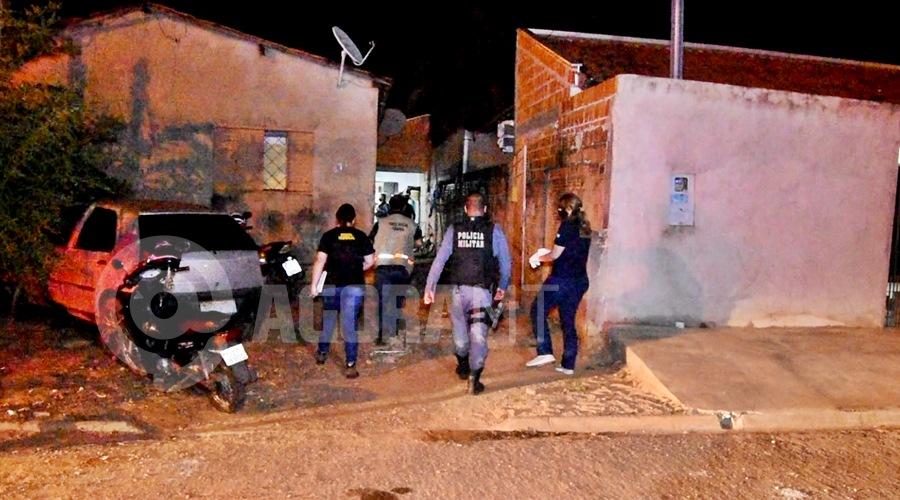 Imagem: Policia Militar e pericia no local do fato Mulher é assassinada com diversos golpes de faca em Rondonópolis