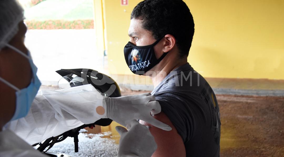 Imagem: Policiais militares vacinando covid Rondonópolis é a 1ª cidade de MT a imunizar profissionais da segurança
