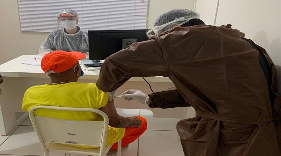 Imagem: Presiadirios sao vacinados Presos idosos da Mata Grande são vacinados contra Covid-19