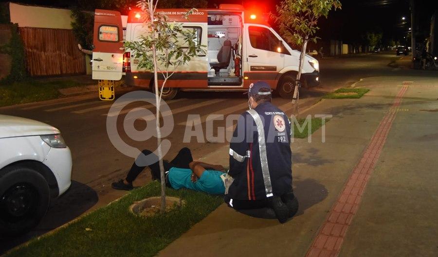 Imagem: Rapaz recebendo os primeiros atendimentos apos ser atropelado Mulher se distrai com celular e atropela jovem que tinha acabado de sair da igreja