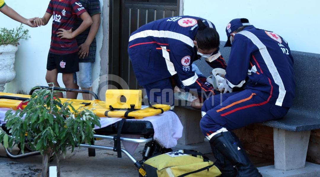 Imagem: Samu atendendo crianca Porta se abre e criança de 2 anos cai de carro em movimento