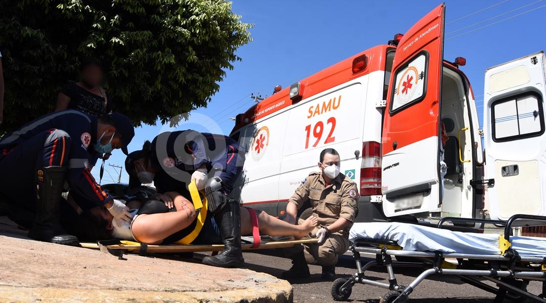 Imagem: Samu atendendo vitima de acidente no Bairro Coopalis em Roo Jovem fica ferida após colisão em cruzamento no Coophalis