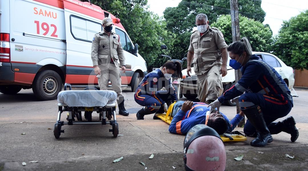 Imagem: Samu atendendo vitima de acidente no Santa Clara Carro invade preferencial e acerta motociclista que fica ferido