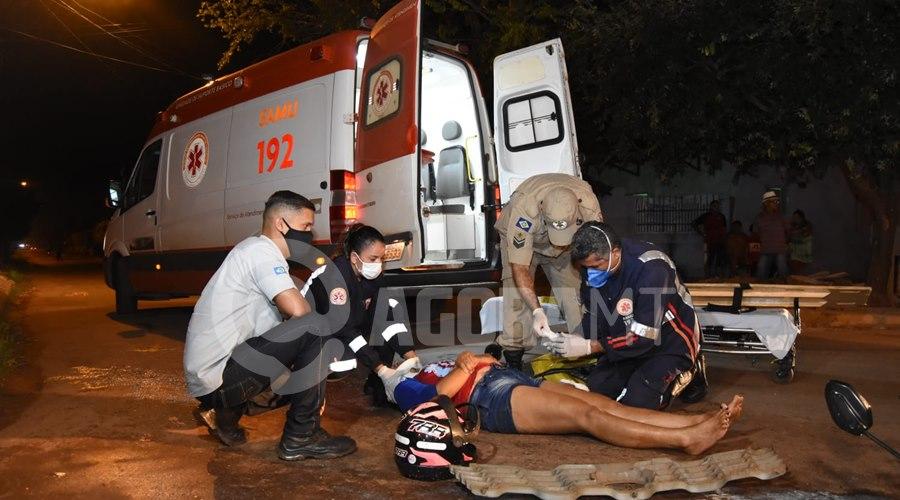 Imagem: Samu imobilizando a vitima Copia Mulher invade a preferencial e fica ferida após bater moto em Van