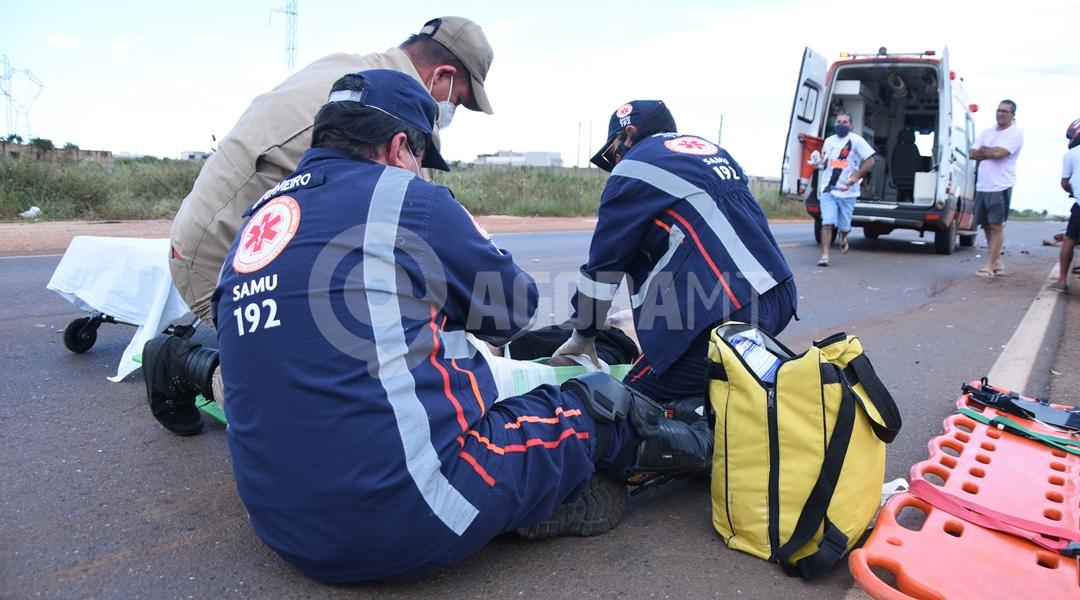 Imagem: Samu imobolizando vitima para unidade de saude Motociclista invade a pista contrária e fica em estado grave