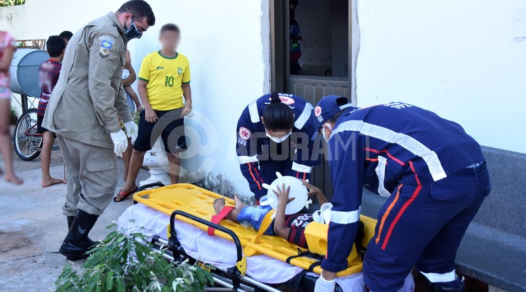 Imagem: Samu imobolizando vitima para unidade hospitalar Socorrista enche luva para entreter criança durante socorro