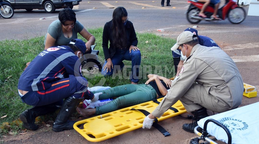 Imagem: Samu socorrendo vitima de acidente em cruzamento no Sao Sebastiao Acidente entre carro e moto deixa mãe e filha feridas