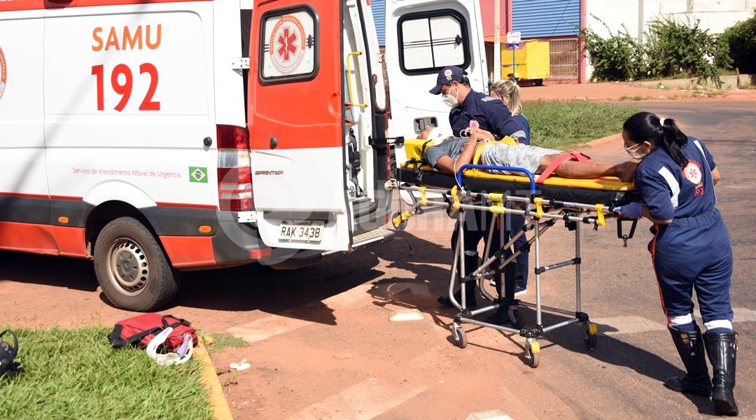 Imagem: Samu socorrendo vitima de acidente no Bairro Cidade Alta Casal fica ferido após colisão entre moto e carro no Cidade Alta