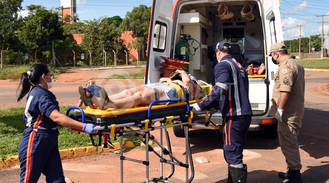 Imagem: Samu socorrendo vitima de acidente no Bairro Cidade Alta em RooVarlei CordovaAGORA MT Casal fica ferido após colisão entre moto e carro no Cidade Alta
