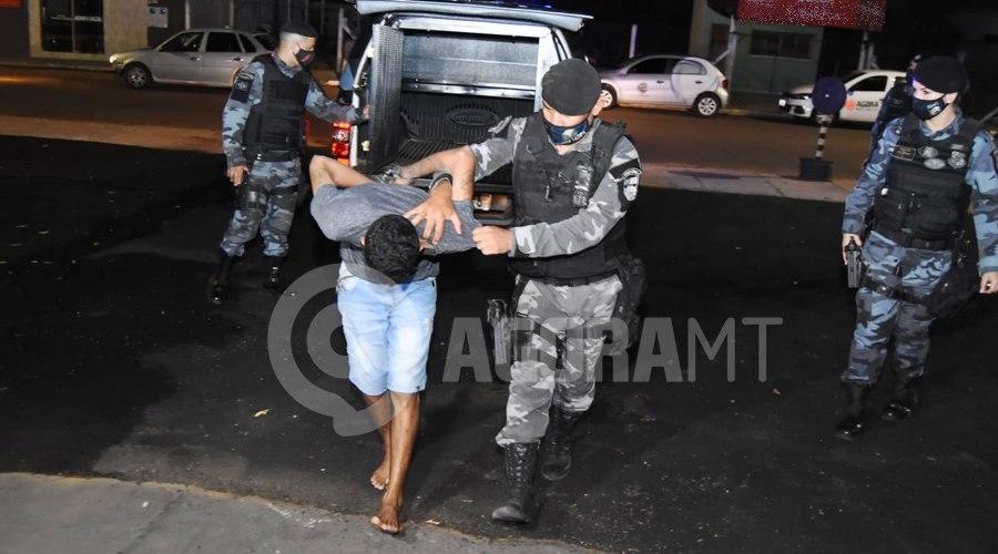 Imagem: Suspeito detido pela Equipe da Forca Tatica Força Tática prende 'figurinha do tráfico' e apreende moto