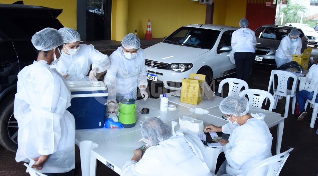 Imagem: Tecnicos vacinando os militares Vacinação contra a Covid-19 segue durante o feriado em Rondonópolis