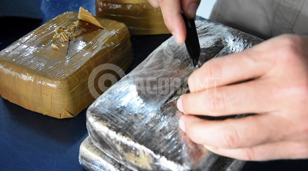 Imagem: Testando a pureza da droga Durante abordagens, PRF apreende drogas em dois ônibus