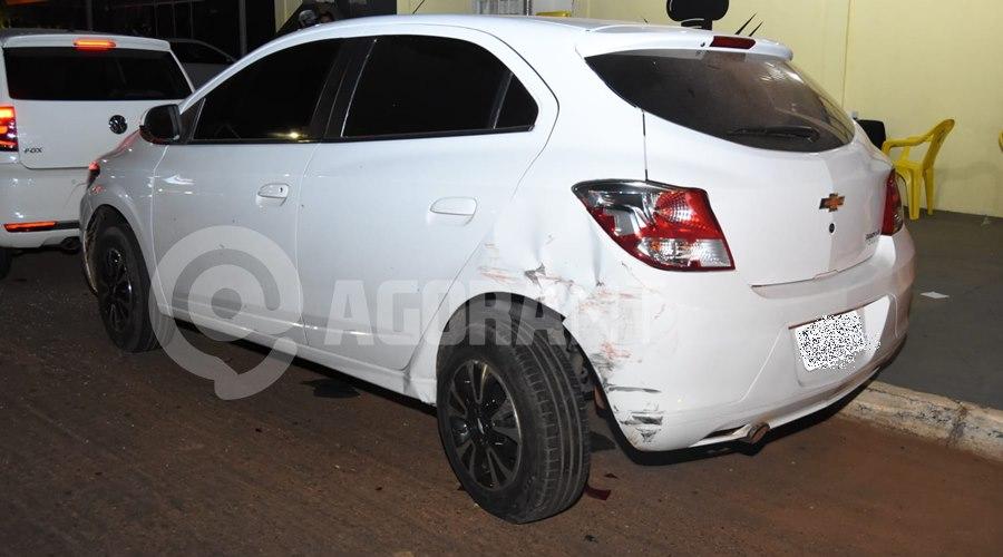 Imagem: Veiculo que estava estacionado ficou coma lateral amassada Motorista em alta velocidade, perde o controle e fica preso ás ferragens com graves ferimentos