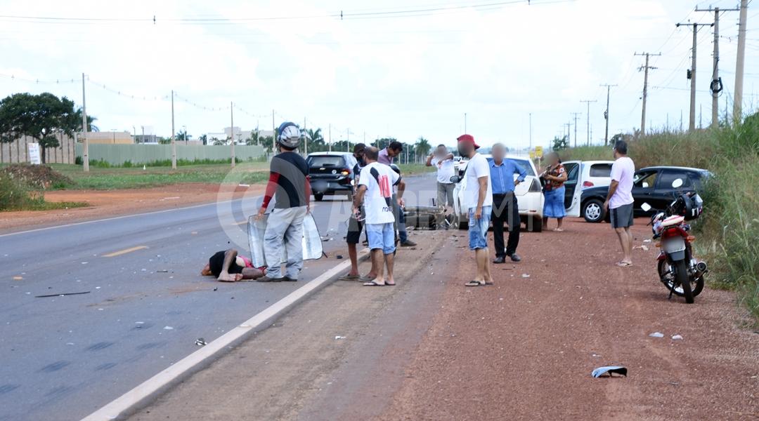 Imagem: Vitima de acidente agardando atendimento medico Motociclista invade a pista contrária e fica em estado grave