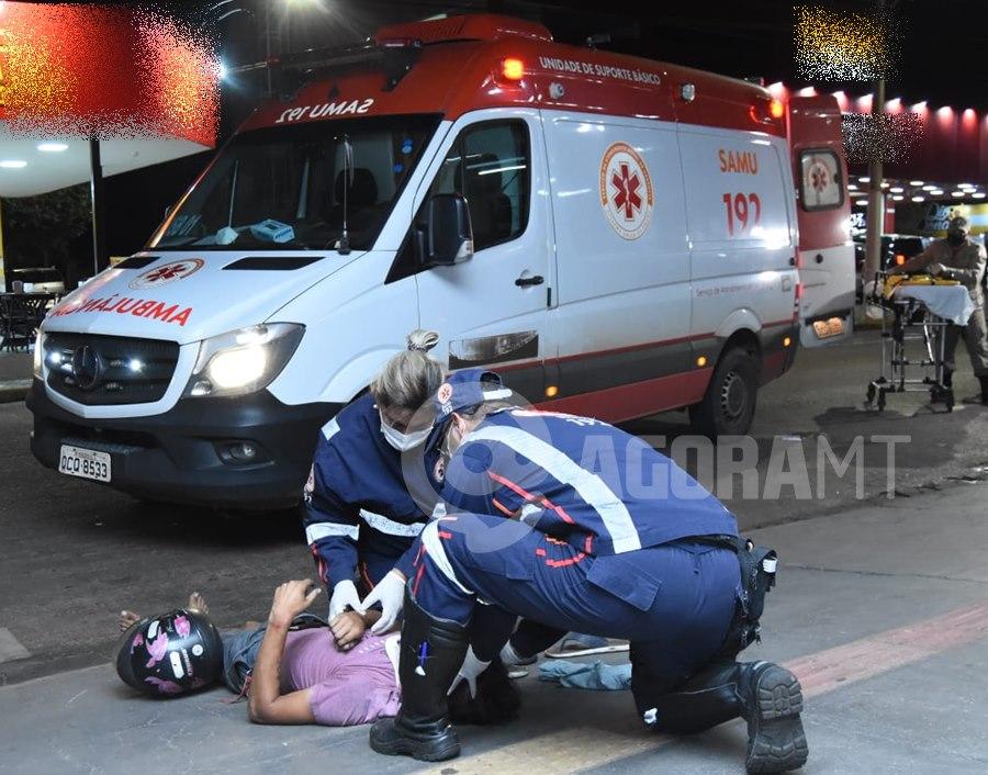 Imagem: Vitima recebendo atendimento Condutor de Saveiro causa acidente, foge do local e motociclista fica gravemente ferido