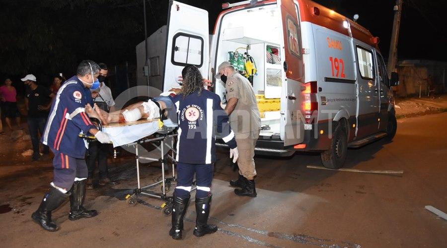 Imagem: Vitima sendo atendida pelo Samu Copia Mulher invade a preferencial e fica ferida após bater moto em Van